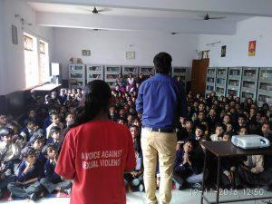 Painéis de sensibilização para meninos em escolas sobre violência sexual, em Nova Délhi. Foto: Neeta Lal/IPS