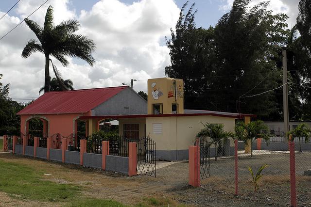A cafeteria Palma Caribe, administrada por Eugenio Pérez e sua família, onde são vendidos sucos de frutas e verduras produzidas em sua propriedade, em uma iniciativa que trouxe prosperidade ao seu empreendimento familiar, em JesúsMenéndez, na província de LasTunas, em Cuba. Foto: Jorge LuisBaños/IPS