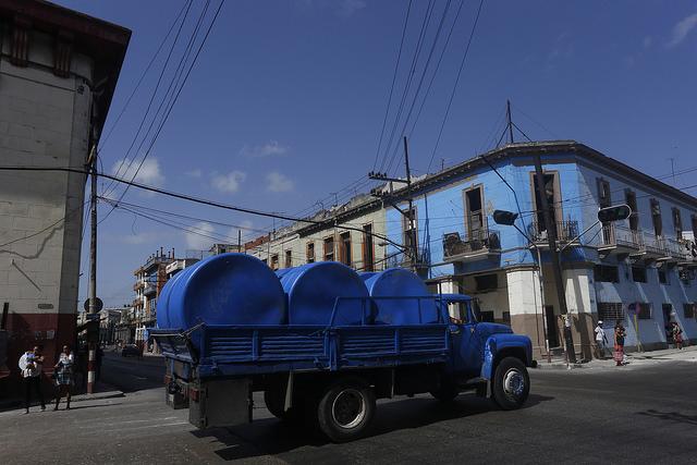 Caminhão transportando tanques para armazenar água. Esse produto industrial de grandes dimensões não escapa de ser furtado em entidades estatais e chega para vendano florescente mercado negro. Foto: Jorge Luis Baños/IPS