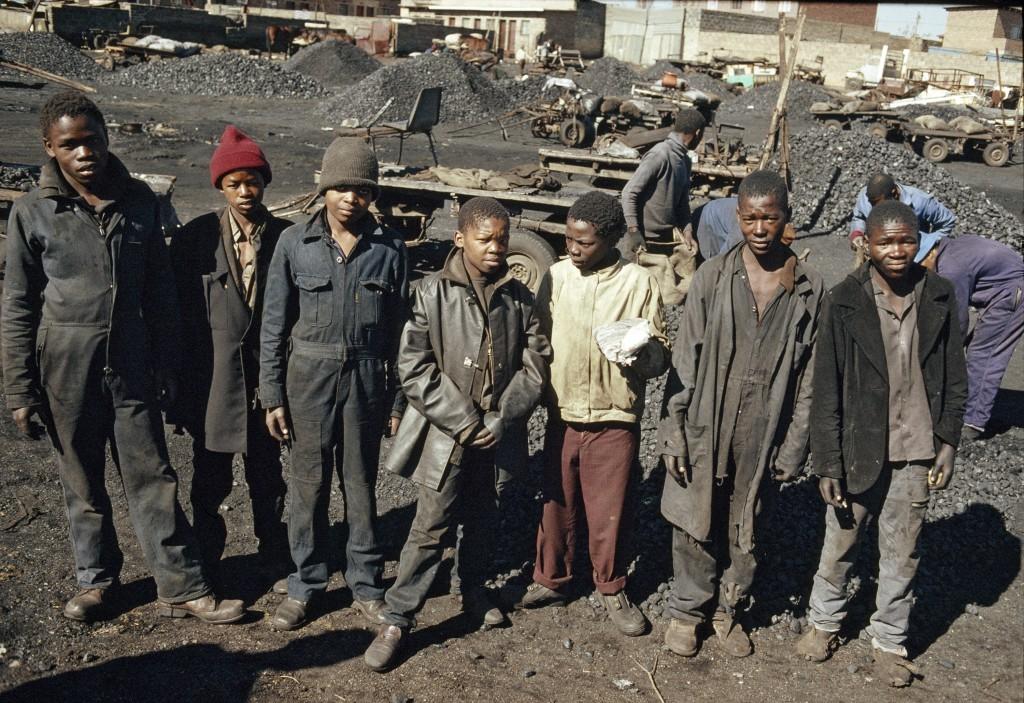 Jovens trabalhadores de minas na África do Sul (1988). Foto: © UN Photo/P Mugabane
