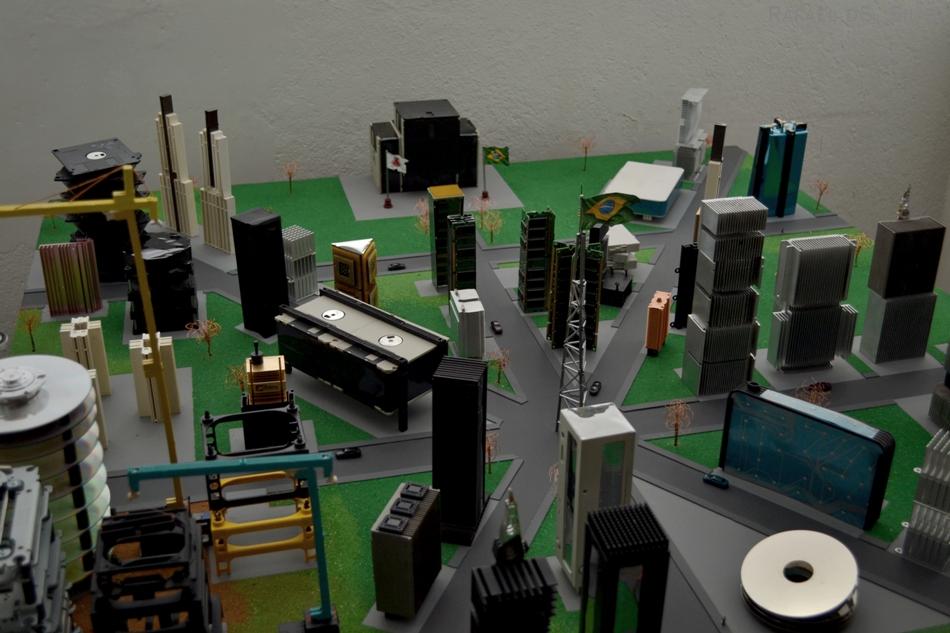 A cidade principal foi feita com Árvores feitas com cobre, fios de papelão, serragem, dissipadores, processadores, cartuchos, disquetes e modens.