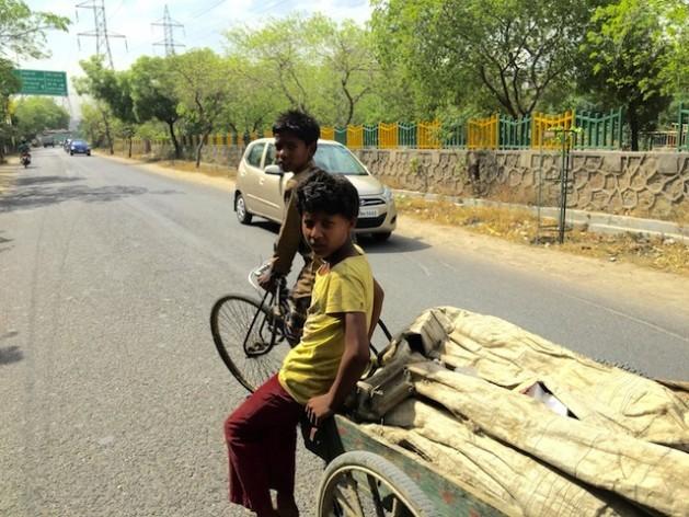 Algumas crianças ganham até US$ 5 por dia para reciclar lixo na Índia. Foto: NeetaLal/IPS