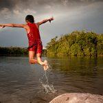 Ao final da tarde, crianças Katxuyana nadam no Rio Cachorro