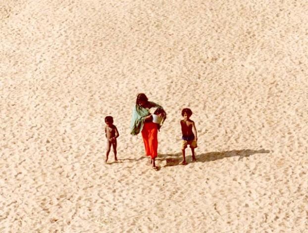 """""""Ninguém pode negar a terrível semelhança entre os que fogem da violência armada e os que escapam da desertificação, da escassez de água, das inundações e dos furacões"""" – Konrad Osterwalder, da Universidade das Nações Unidas. Foto: UNCCD"""