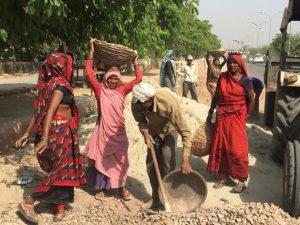 Muitos migrantes de Bangladesh e das cidades costeiras da Índia trabalham no setor da construção e vivem em bairros pobres. Foto: Neeta Lal/IPS