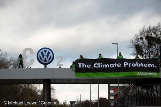 Protesto do Greenpeace na Alemanha contra Volkswagen, que adulterou milhões de carros a diesel para disfarçar emissões em testes. Foto: Michel Loewa/Greenpeace