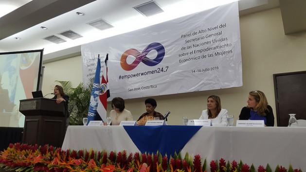 Da esquerda para a direita, a diretora regional da ONU Mulheres para as Américas e o Caribe, Luiza Carvalho; a diretora executiva da ONU Mulheres, Phumzile Mlambo-Ngcuka; a ministra da Condição da Mulher da Costa Rica, Alejandra Mora, e a copresidente do Painel de Alto Nível para o Empoderamento Econômico das Mulheres e presidente executiva da IKEA Suíça, Simona Scarpaleggia, durante a sessão do painel em São José. Foto: Diego Arguedas Ortiz/OS