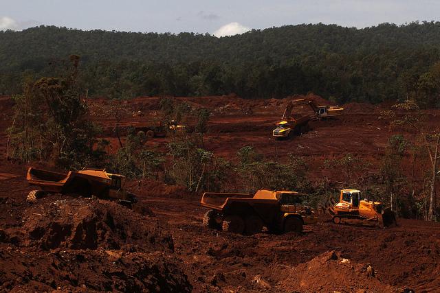 Equipamentos pesados extraem níquel em uma das minas do município de Moa, no leste de Cuba. O mineral é o principal produto de exportação do país e a segunda ou terceira fonte de divisas. Foto: Jorge LuisBaños/IPS