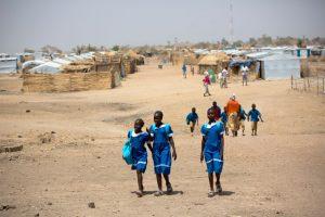 Meninas nigerianas no acampamento para refugiados de Minawao, no norte de Camarões. Foto Karel Prinsloo/Unicef