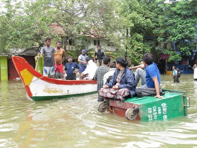 Casal espera ser resgatado em cima de um contêiner de lixo devido à cheia causada pelas inundações que submergiram Chennai, no Estado de Tamil Nadu, na Índia, em dezembro de 2015. Foto: R Samuel/IPS