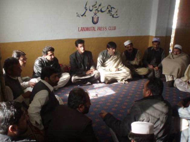 Jornalistas reunidos no clube da imprensa de Landikotal, na agência de Jyber, no Paquistão. Foto: Ashfaq Yusufzai/IPS