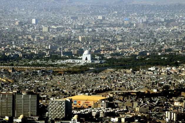 Assentamentos precários na cidade portuária de Karachi, no sul do Paquistão, interferem no planejamento urbano. Foto: Muhammad Arshad/IPS