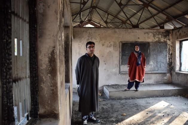 Shugufta Barkat e seu irmão Rasikh Barkat, ex-professora e aluno, respectivamente, da escola secundária pública de Kulgam, um dos centros de ensino da Caxemira que foram incendiados recentemente. Foto: Stella Paul/IPS