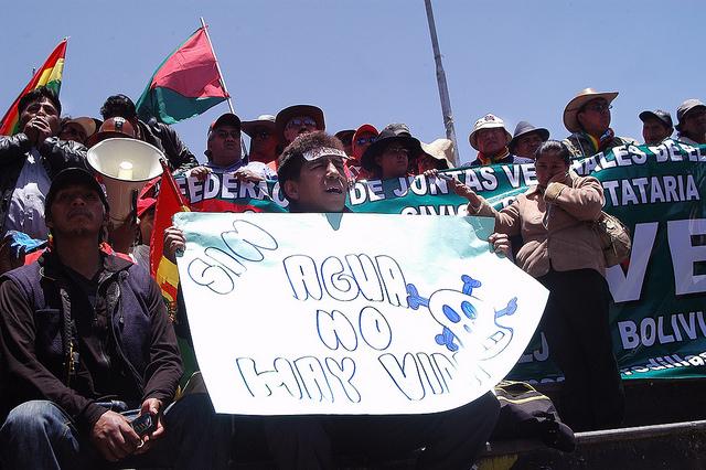 Líderes comunitárias e moradores da cidade de El Alto foram em passeata, no dia 23 de novembro, até a vizinha cidade de La Paz, sede do governo da Bolívia, para pedir água potável e protestar pela falta de atenção do governo ao deficitário armazenamento do recurso hídrico. Foto: Franz Chávez/IPS