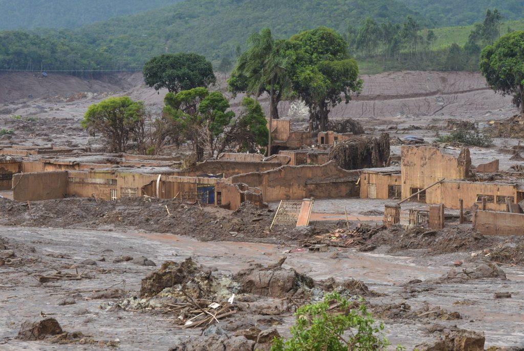 Mais de 62 milhões de metros cúbicos de rejeitos e água foram despejados sobre a região de Mariana (MG) com a queda das barragens. Foto: Antonio Cruz/Agência Brasil