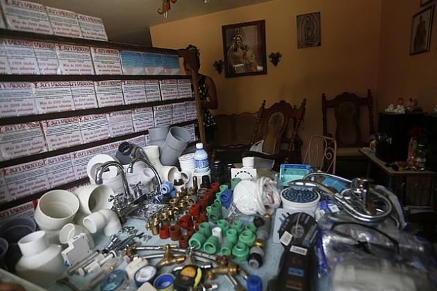 Materiais diversos, produzidos e vendidos sob controle estatal, à mostra para venda em um posto informal, na entrada de uma casa no município de Cerro, em Havana, Cuba. Um mercado que cresce alimentado pela corrupção. Foto: Jorge LuisBaños /IPS