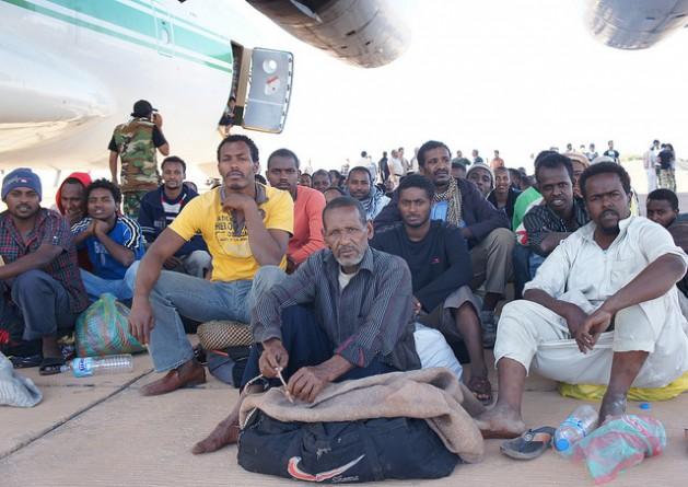 Migrantes africanos interceptados na Líbia quando se preparavam para tentar chegar à Europa em uma perigosa travessia pelo Mar Mediterrâneo, onde muitos deles perdem a vida a cada ano. Foto: Rebecca Murray/IPS