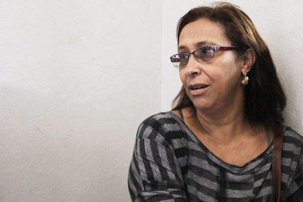 """Uma das atingidas, a dona-de-casa Cleonice Rezende, contesta a boa intenção da Samarco. Para ela, é inaceitável que dezenas de famílias sobrevivam com um salário mínimo. """"Minha família tirava mais que isso no mês. E nenhuma indenização repara a história que foi perdida na lama de Bento Rodrigues."""". Foto: Hélio Rocha"""
