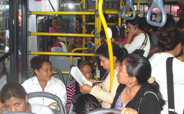 A Guatemala, onde se comete a maior quantidade de feminicídios da América Central, inaugurou em 2011 um serviço de ônibus exclusivo para mulheres, a fim de evitar o assédio sexual.Foto: Danilo Valladares/IPS