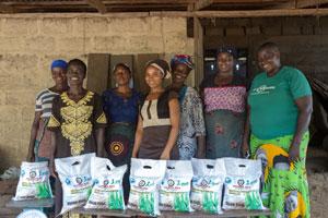 Algumas integrantes da cooperativa de arroz Nnedima com as sacas de arroz preparadas. As dez mulheres que a integram cultivam e processam o grão e conseguiram aumentar a qualidade de sua produção, graças ao apoio do Programa de Desenvolvimento da Cadeia de Valor do Fida. Foto: Andrew Esiebo/Panos/©IFAD
