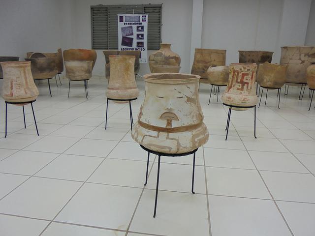 Alguns dos objetos resgatados da área da represa de Jirau por arqueólogos da ESBR, expostos no Centro Cultural de Vila Nova Mutum, um assentamento onde convivem empregados da empresa e reassentados de comunidades afetadas pela hidrelétrica, em Rondônia. Foto: Mario Osava/IPS