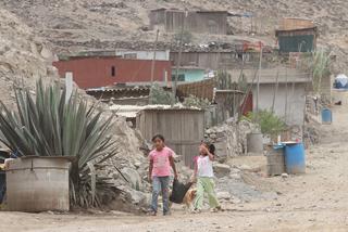 Crianças caminham em um assentamento precário no Peru. Foto: Cortesia do jornal La República/IPS
