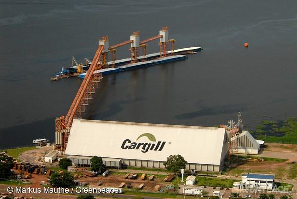 Porto da Cargill, em Santarém (PA), em 2006. Foto: © Markus Mauthe/GreenpeaceIllegale Hafen/Soja-Verladestation der US-Firma Cargill. Von dieser ungenehmigten Anlage aus wird Soja nach Europa verschifft.
