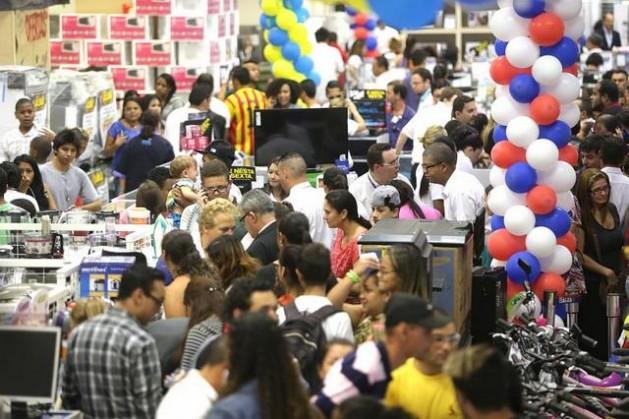 Consumidores nos caixas de uma grande loja de eletrodomésticos durante um dia de ofertas especiais, que levam os brasileiros a gastarem mais do que seus bolsos permitem, com apoio dos cartões de crédito, o que os mantêm fortemente endividados. Foto: Paulo Pinto/Fotos Públicas