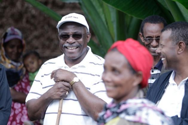 O presidente do Fundo Internacional de Desenvolvimento Agrícola (Fida), Kanayo Nwanze, visita a horta de Fanose Assafa, na Etiópia, criada por meio deum projeto de irrigação de pequena escala; agora ela é autossuficiente e conseguiu sua segurança alimentar. Foto: Abate Damte/©IFAD