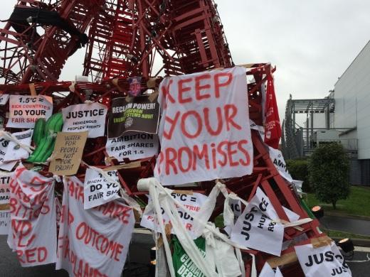 Protestos em réplica da Torre Eiffel no parque de exposições de Le Bourget. Foto: Claudio Angelo/OC