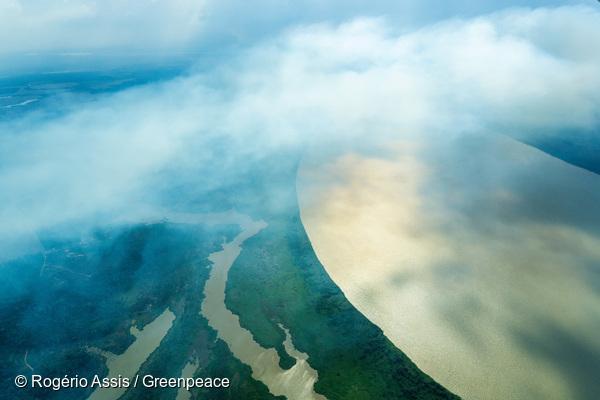 Nuvem de fumaça proveniente de queimada cobre o Rio Madeira, em Porto Velho, Rondônia.