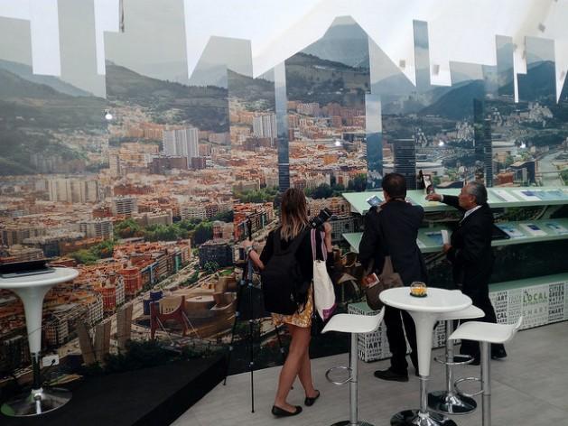 Uma das preocupações quanto ao cumprimento do conteúdo da Habitat III está no financiamento das novas obras, considerando as elevadas quantias de investimento. Na imagem, uma fotocomposição de cidades europeias em uma exposição da Habitat III, em Quito. Foto: Emilio Godoy/IPS