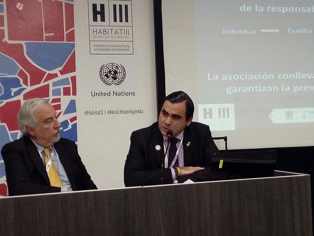 O prefeito Héctor Mantilla (direita) falou na Habitat III sobre as necessidades de infraestrutura das cidades médias, no seu caso, Floridablanca, no departamento colombiano de Santander. Foto: Emilio Godoy/IPS