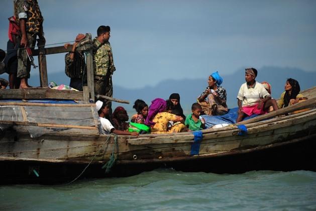 Refugiados rohinyás da Birmânia tentam convencer guardas da patrulha fronteiriça de Bangladesh a deixarem que passem. Foto: AnurupTituk/IPS