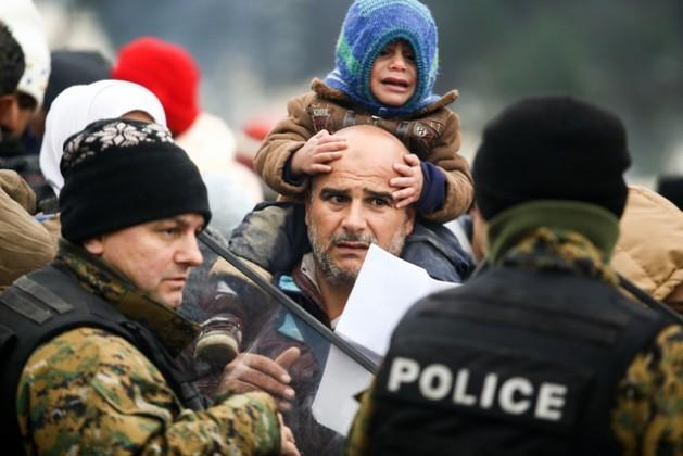 Refugiados sírios sobrevivem em condições insuportáveis no acampamento de Idomeni, na fronteira da Grécia com a Macedônia. Foto: Dimitris Tosidi/Irin