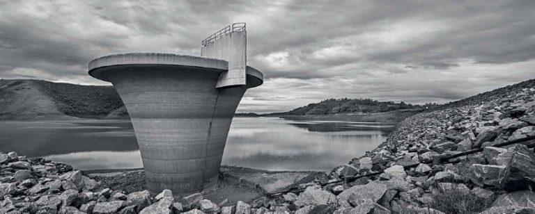 Represa de Paraibuna, parte do sistema Rio Paraíba do Sul (SP) no começo de 2015, durante o auge da crise hídrica no Sudeste. Foto: Bruno Bernardi/P22