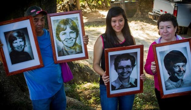 Moradores de La Hacienda, no departamento La Paz, em El Salvador, mostram fotos das quatro religiosas norte-americanas assassinadas em1989 por elementos da Guarda Nacional, durante os atos pelos 35 anos do crime, em dezembro de 2015, no local da execução. Foto: Edgardo Ayala/IPS