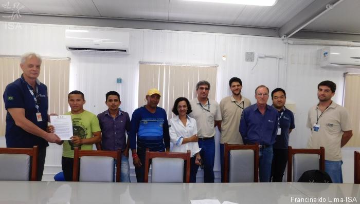 Ribeirinhos entregam a carta aos representantes da Norte Energia