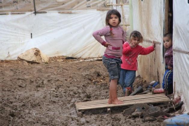 Crianças sírias aprendem a sobreviver em um acampamento de refugiados no norte do Líbano. Foto: Zak Brophy/IPS