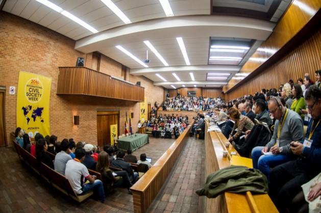 Participantes da bianual Semana Internacional da Sociedade Civil, realizada em Bogotá, à espera do começo de um dos atos, em uma das salas que acolheu o encontro de aproximadamente 900 ativistas de mais de cem países. Foto: Civicus
