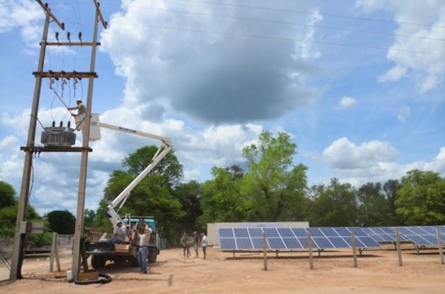 Operários revisam a rede elétrica do primeiro projeto de geração descentralizada de energia solar e eólica,na Primeira Divisão de Cavalaria, na extensa e pouco habitada região do Chaco, no Paraguai. Foto: Parque Tecnológico de Itaipu