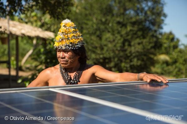 Instalação de placas solares na Terra Indígena Sawré Muybu, do povo Munduruku, mostra o caminho da energia verdadeiramente limpa. Foto: © Otávio Almeida/Greenpeace