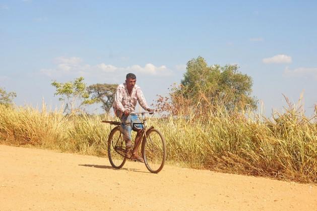 Um homem anda de bicicleta em um povoado afetado pela seca na região de Mahavellithanne, 350 quilômetros a nordeste de Colombo, capital do Sri Lanka, onde a temperatura máxima passou dos 38 graus Celsius na primeira semana deste mês. Foto: Amantha Perera/IPS