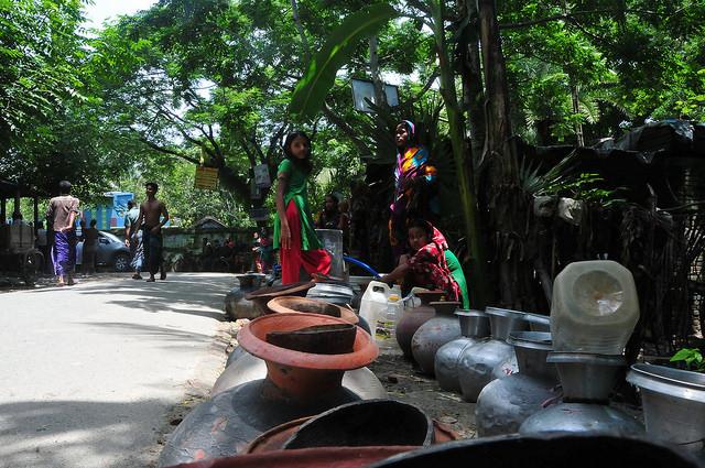 No leste de Bangladesh, várias mulheres esperam pela entrega de água potável na aldeia de Chenchuri, a 300 quilômetros da capital Daca. Foto: Amantha Perera/IPS