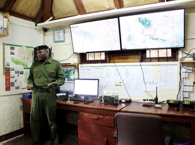 Esta foto, de maio deste ano, mostra instrumentos de alta tecnologia utilizados com o Google Maps pela Lewa Wildlife Conservancy, no norte do Quênia, onde cerca de mil guardas florestais do Serviço de Vida Silvestre vigiam a área. Foto: ManipadmaJena/IPS
