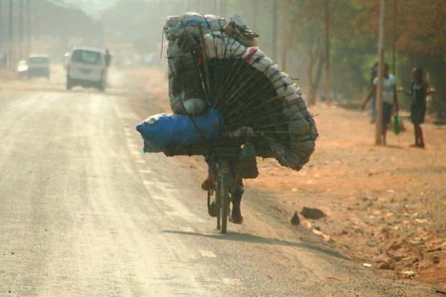 Um congolês transporta carvão vegetal em sua bicicleta em Lumbabashi, na República Democrática do Congo. Foto: Miriam Mannak/IPS