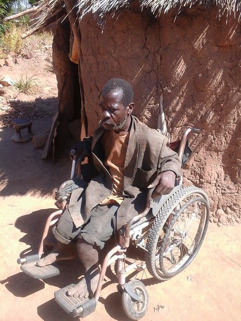 Moses Kasoka diante de sua choça em Pemba, no sul de Zâmbia. Foto: Friday Phiri/IPS